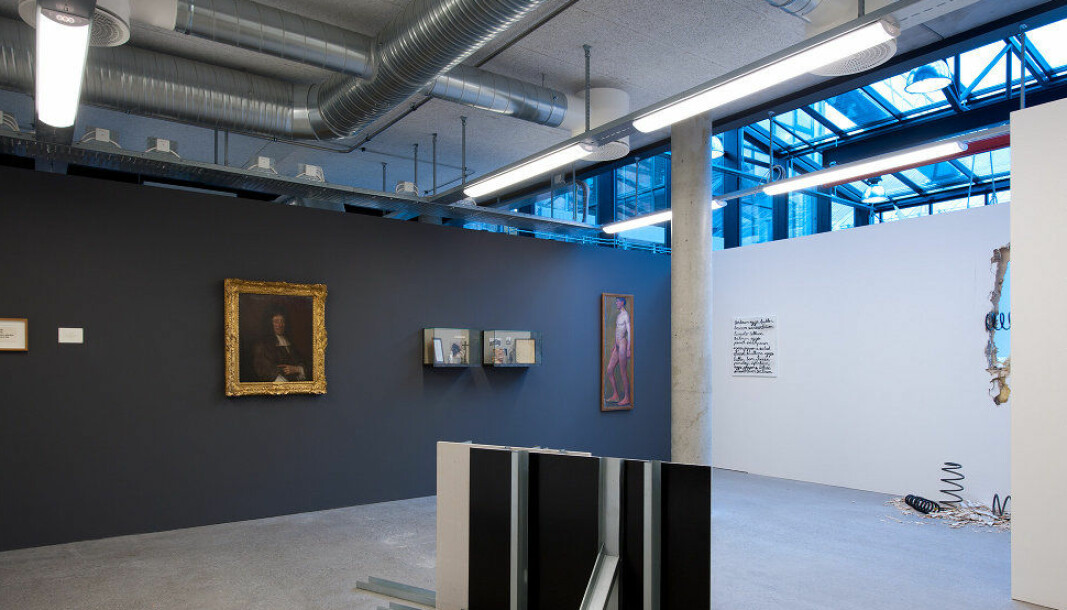 Akten, det høye, avlange maleriet i hjørnet av rommet på dette bildet, er malt av Thorvald Erichsen. Bildet er tatt i 2010 fra utstillingen -akademi; satt opp av Dag Erik Elgin.