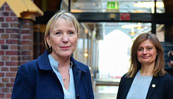 Rektorkandidat Margareth Hagen (t.v.) og prorektorkandidat Pinar Heggernes ved UiB.
