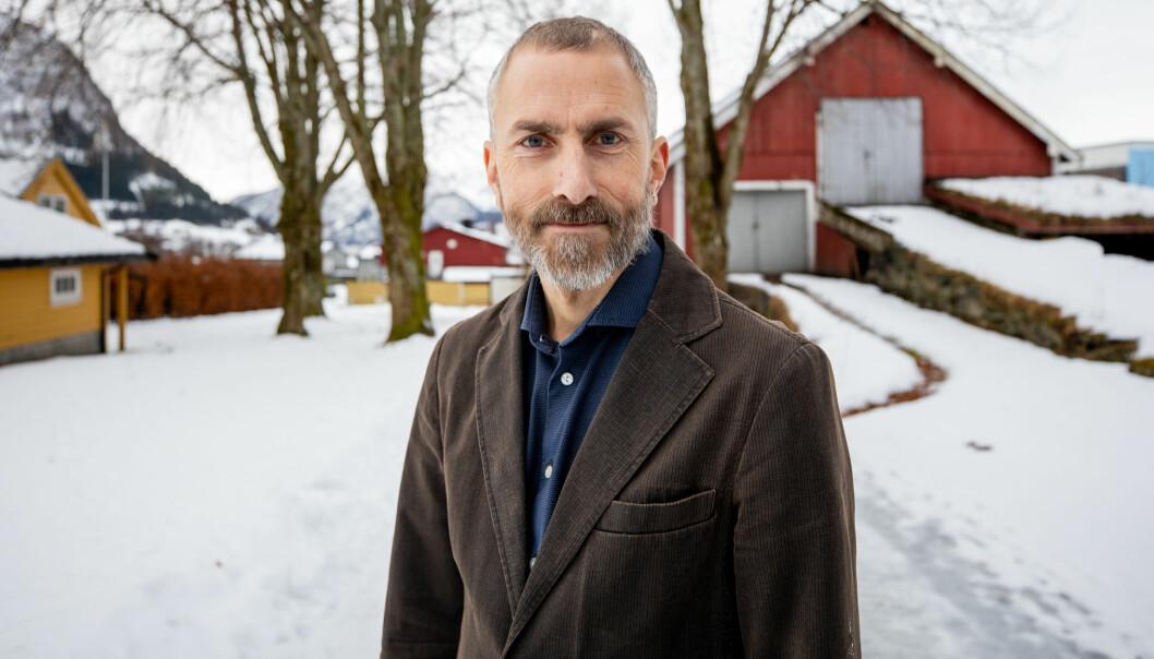 Stein Conradsen tek doktorgrad i vaksen alder. Han har hovudfag i pedagogikk og jobba deretter lenge i spesialisthelsetenesta som rådgivar. No er han høgskulelektor og forskar ved Høgskulen i Volda.