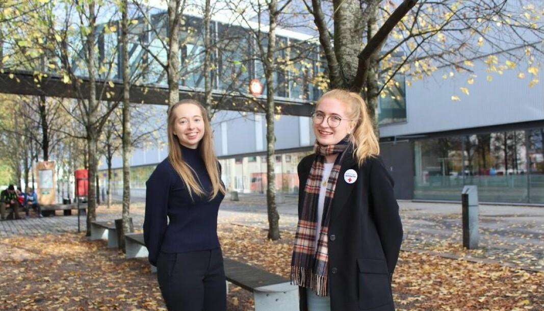 Xenia Cappelen (t.v.) og Maja Elisabeth Mikkelsen i Norsk medisinstudentforening er bekymret for studentenes helse.