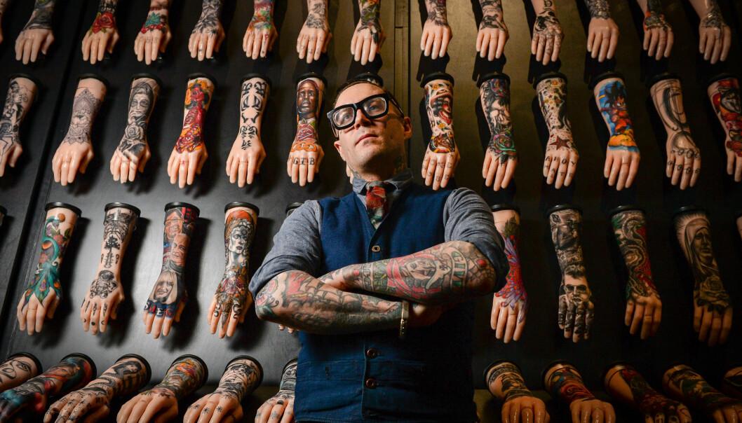 Matt Lodder er ein av få kunsthistorikarar som har tatoveringar som spesialfelt. Det hindra ikkje ein amerikansk student i å lure til seg materiale, kopiere nettsider, instagramkonto og til slutt heile personen. Her er Lodder på kunstutstilling med 100 silikonarmar utstilt på The National Maritime Museum i Falmoth, Cornwall. .