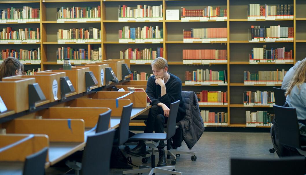 — Det er rett og slett lettere å konsentrere seg og få gjort noe i disse omgivelsene, sier Jonas Ludvigsen (26). Her fra studentbiblioteket Sophus Bugge, ved Universitetet i Oslo.