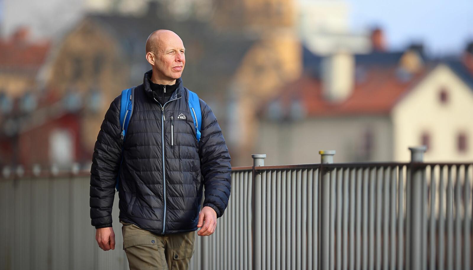 Stefan Holgersson har hele tiden interessert seg for politiet. Da han jobbet med sin doktorgrad jobbet han fulltid som politi. Også nå som han jobber fulltid som forsker, har han fortsatt å jobbe som politi i blant.