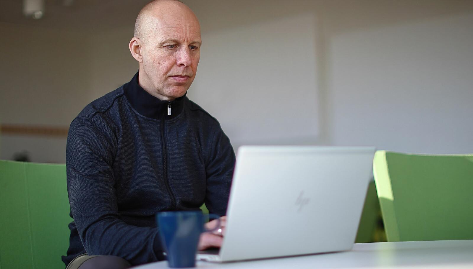 Holgersson er for tiden i pappapermisjon. Men tiden frem til den var turbulent. Nå vet han heller ikke hvordan fremtiden ser ut. For fotograferingens skyld var han tilbake på Linköpings universitets campus i Norrköping.