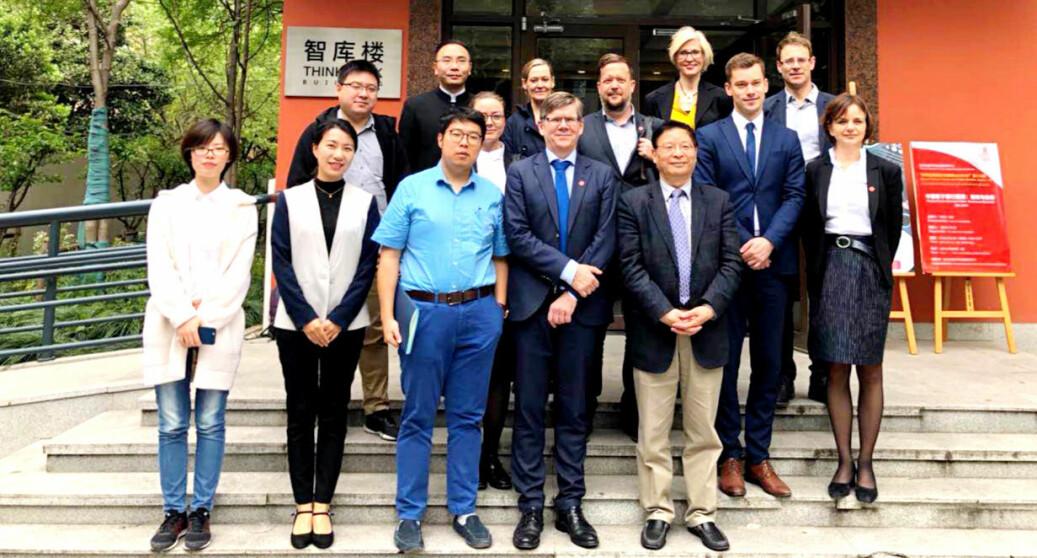 Også ved Fudan-universitetet er den akademiske fridomen under press. Det er ikkje eit problem for UiO, meiner rektor Svein Stølen. No vil han trappe opp samarbeidet med Kina. Bildet er frå ei delegasjonsreise og besøke ved Fudan i 2018.