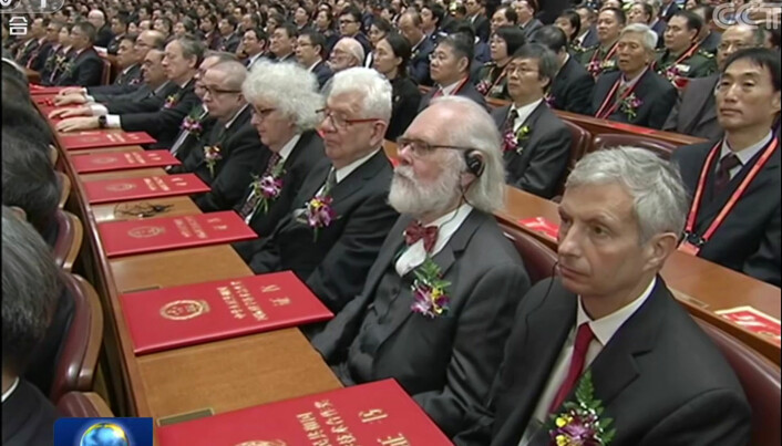 Professor ved UiO, Nils Chr. Stenseth (nummer to frå høgre), er ein av dei ved UiO som har samarbeidd lengst med kinesiske forskarar. For det har han fått pris frå dei kinesiske styresmaktene. Bildet er frå seremonien i Folkets hall i Beijing.