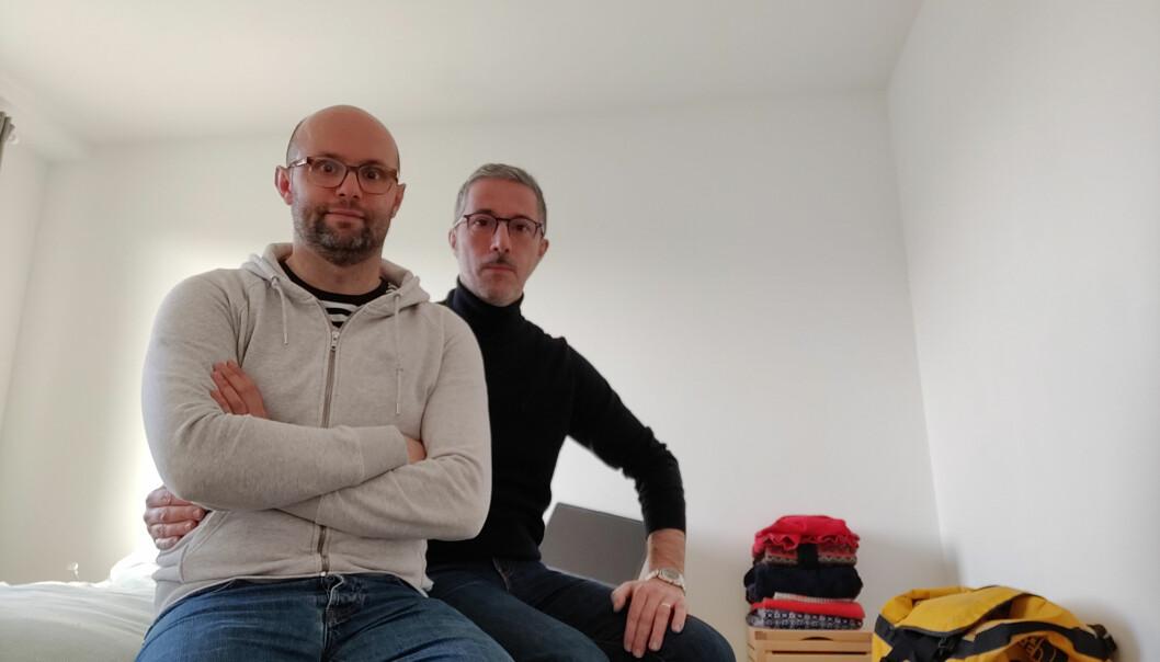 Guillaume Lapeyre og ektefellen Enzo Piccinato sit koronafast i Brussel. Piccinato har førebels ikkje jobb i Noreg, og synest det er vanskeleg å søkja jobbar før han er komen til Noreg - sidan det førebels er uvisst når det vert.