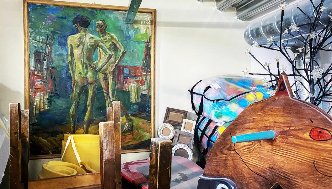 Slik henger et av Reidar Berges kunstverk bortgjemt på Kunsthøgskolen i Oslo.