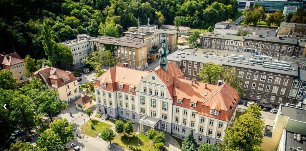 Polske medier omtaler saken om professoren ved Medical University of Gdansk (MUG) som forteller at han stryker utenlandske studenter for å øke inntjeningen, som en skandale.