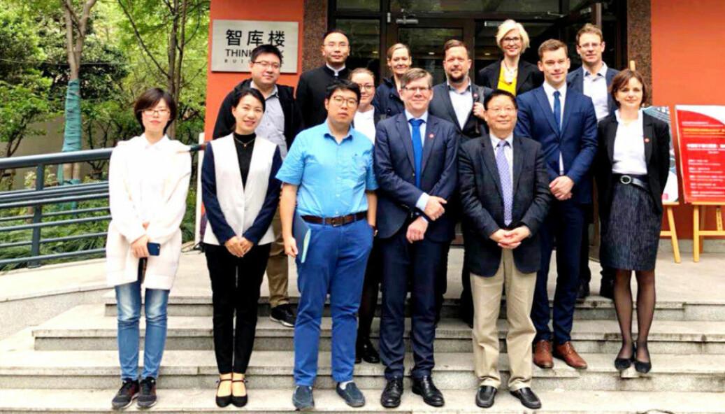 Her er representanter for Fudan-universitetet og Universitetet i Oslo samlet under UiOs delegasjonsreise til Kina i 2018.