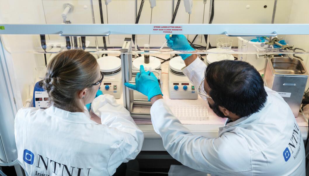 Post.doc. Sulalit Bandyopadhyay og avdelingsingeniør Regina Lopez Fyllingsnes fra Institutt for kjemisk prosessteknologi ved NTNU forbereder produksjon av magnetiske kuler i forbindelse med utviklingen av covid-19-testen ved NTNU