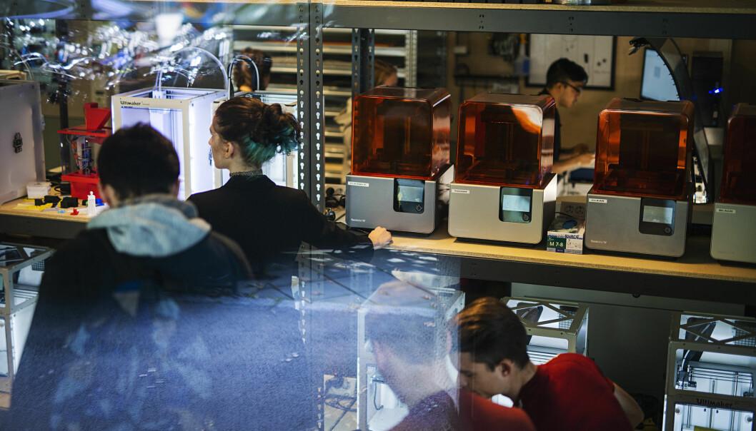 Det er viktig å finne gode mekanismer for å integrere digital kompetanse og kunnskap om data og databruk i skolen i samtlige utdanninger, skriver innleggsforfatterne. Bildet er fra Makerspace ved OsloMet.
