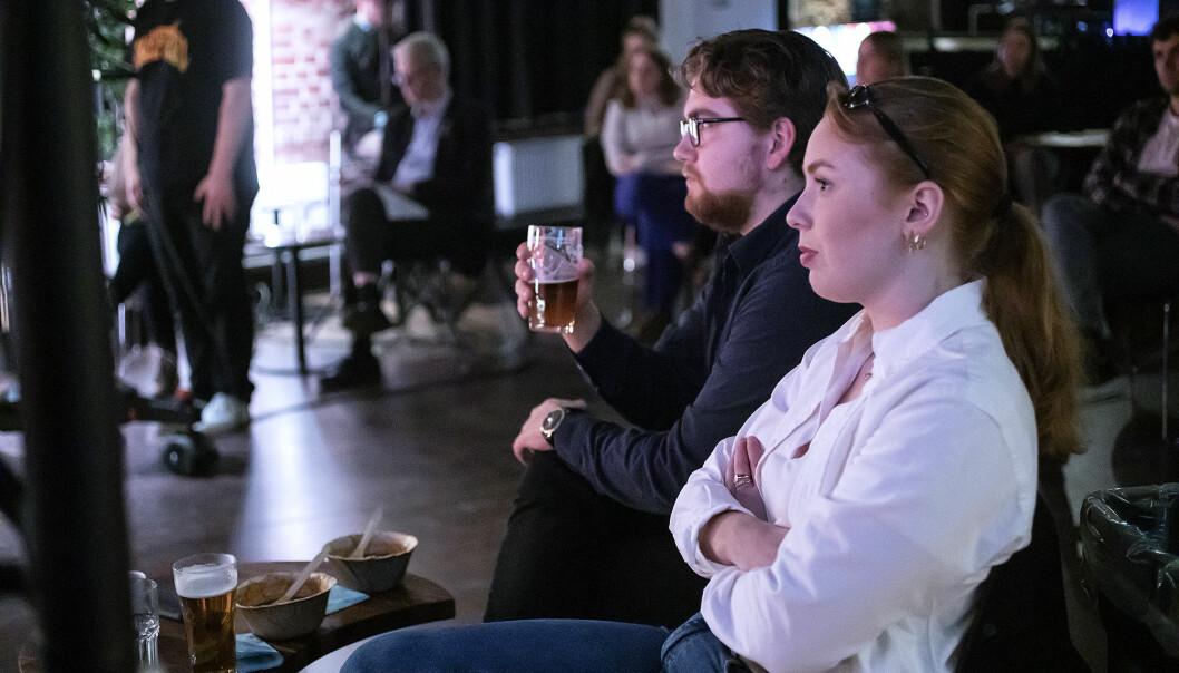 Sjur Selsvik og Helena Haldorsen var blant studentane som hadde møtt fram på debtten. Dei skal begge nytta røysteretten sin.