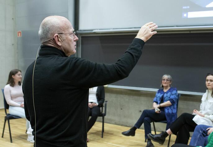 Trond Viggo lærer studenter dannelse