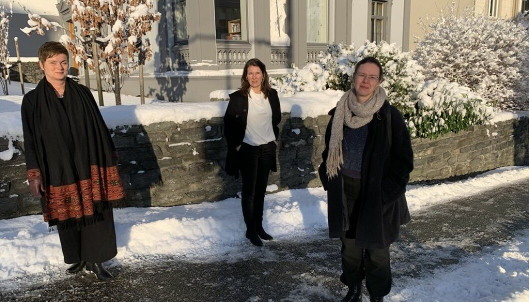 Siri Gloppen og Elisabeth Ivarsflaten ønskjer å byta arbeidsstad til instituttet Marit Skivenes (i midten) har arbeidsstaden sin: Institutt for administrasjon og organisasjonsvitskap.