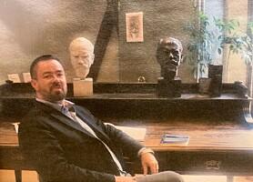 Her poserer Egil H. Olsvik, ved Husserls skrivebord, utstilt i Leuven.