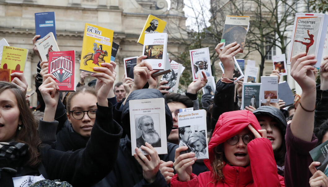 Studenter og forskere protesterer mot reform og budsjettkutt utenfor Sorbonne i Paris i mars 2020. På samme tid ble Camille Noûs født som en symbolsk figur. Personene på bildet har ikke noe med Noûs å gjøre.