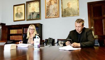 Forskerforbundets advokat Mariann Helen Olsen og tillitsvalgt ved UiB, Helge Holgersen, før de skal legge fram saken for universitetsstyret i Bergen.