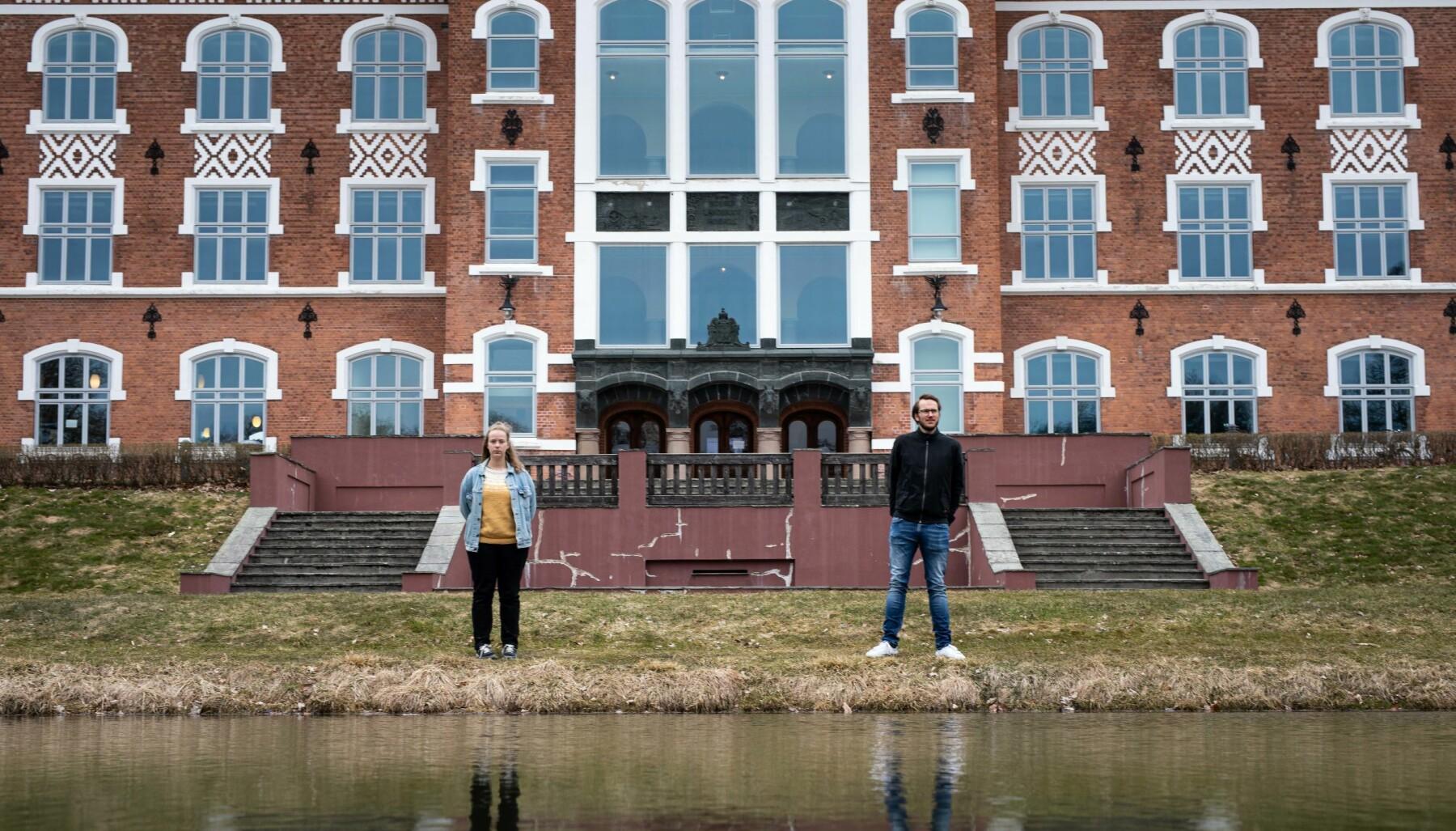 Midt mellom urbygningen og speildammen ved NMBU i Ås: Studentleder Tuva Todnem Lund og biologistudent Aksel Vardeberg Skeie.