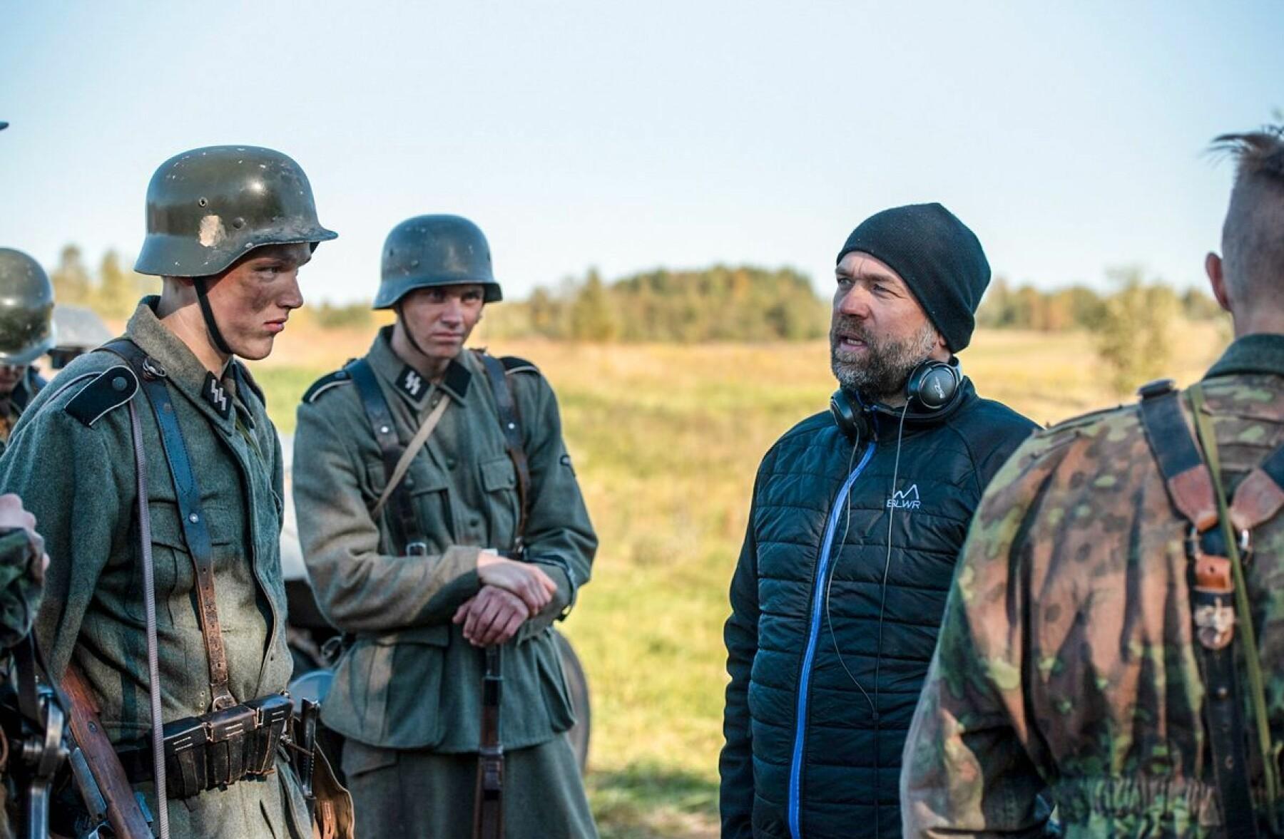 Regissør Alexander Kristiansen instruerer skodespelarar i innspeling av scener brukt i den omdiskuterte dokumentarfilmen «Frontkjempere», om norske soldatar i tysk teneste.