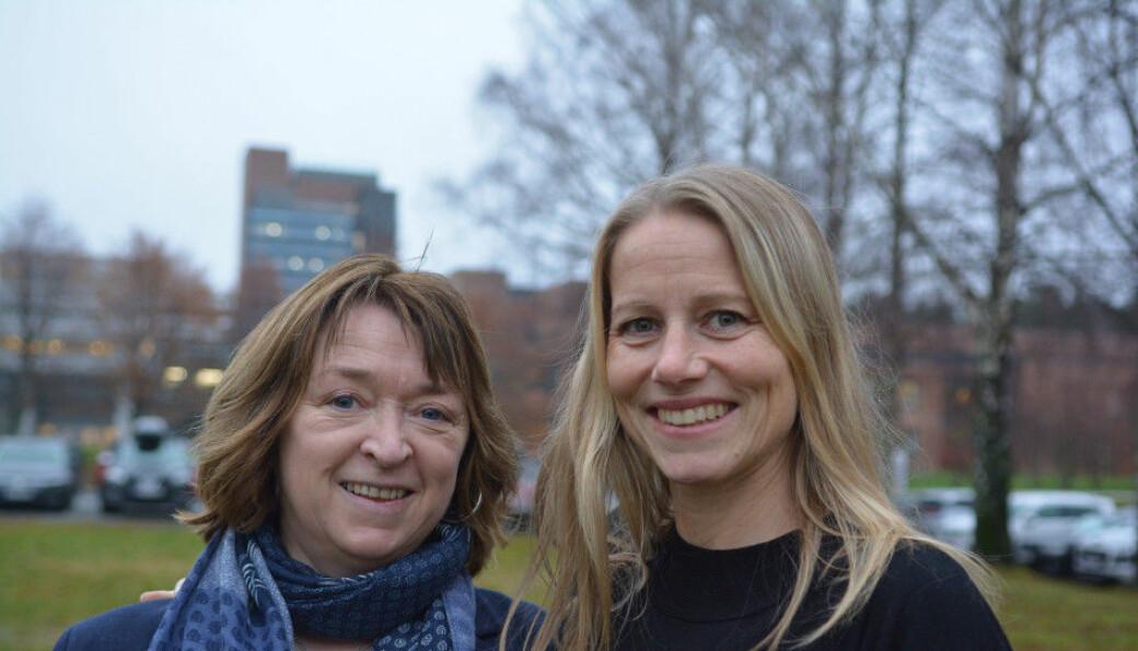 Professor Reidun Follesø (t.v.) ved Universitetet i Agder, her sammen med Siri Merethe R. Johannessen, er de eneste i landet som så langt har startet opp masterutdanning i barnevern. Masterutdanning er nå foreslått lovfestet fra 2031.