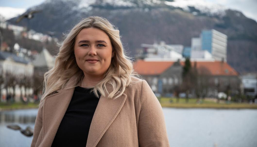 Pia Alexandersen (23) er blant dei mange som no sikrar seg ny deltidsjobb med løn frå krisepakken til studentane. Ho er tilsett som kommunikasjonsmedarbeider i Studentsamskipnaden på Vestlandet.