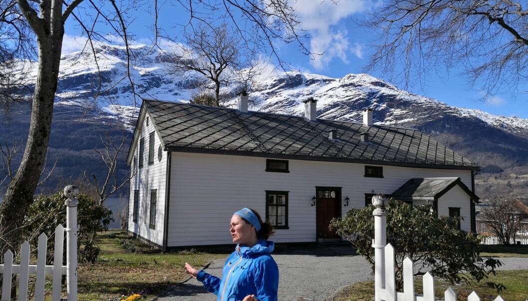 Sokneprest Leni Mæland foran det som nå er blitt hennes og VID-rektor Bård Mælands nye hjem på Lofthus i Sørfjorden i Hardanger.