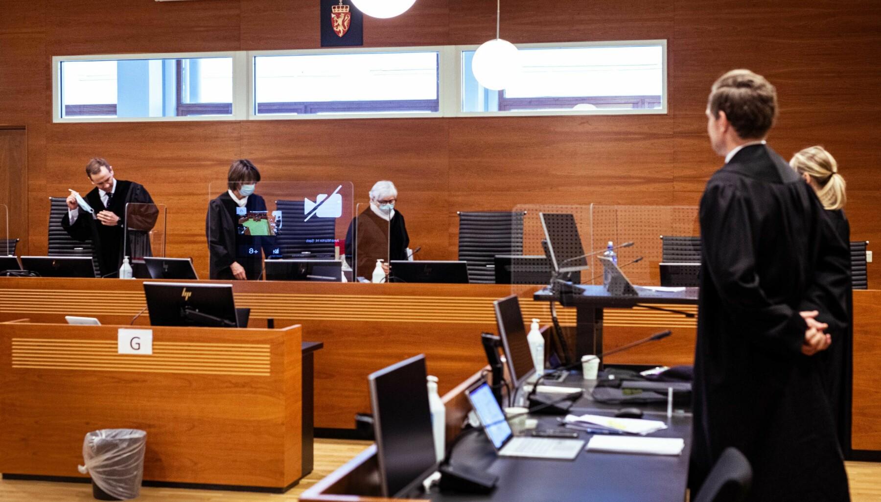 Lagdommerne f.v. Arne-Martin H. Sørli, rettens leder Fanny Platou Amble og Mary-Ann Hedlund på veg inn i rettssal M21 i Borgarting lagmannsrett på den fjerde dagen i retten. Til høyre står regjeringsadvokatene Torje Sunde og Kaija Bjelland. Svært få var tilstede fysisk, de aller fleste, blant dem flere av ELTE-studentene, fulgte saken digitalt.