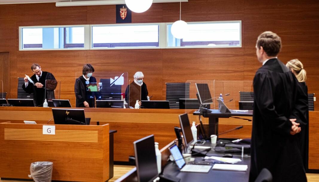 Lagdommerne f.v. Arne-Martin H. Sørli, rettens leder Fanny Platou Amble og Mary-Ann Hedlund på veg inn i rettssal M21 fredag. Til høyre står regjeringsadvokatene Torje Sunde og Kaija Bjelland.
