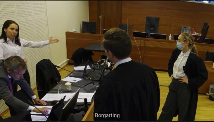 Rettssaken følges av flere digitalt og de fleste vitnene er med på video. Her diskuterer advokatene t.v. Hilde Kristin Ellingsen, Per Andreas Bjørgan, Torje Sunde og Kaija Bjelland etter fjerde dag i retten.