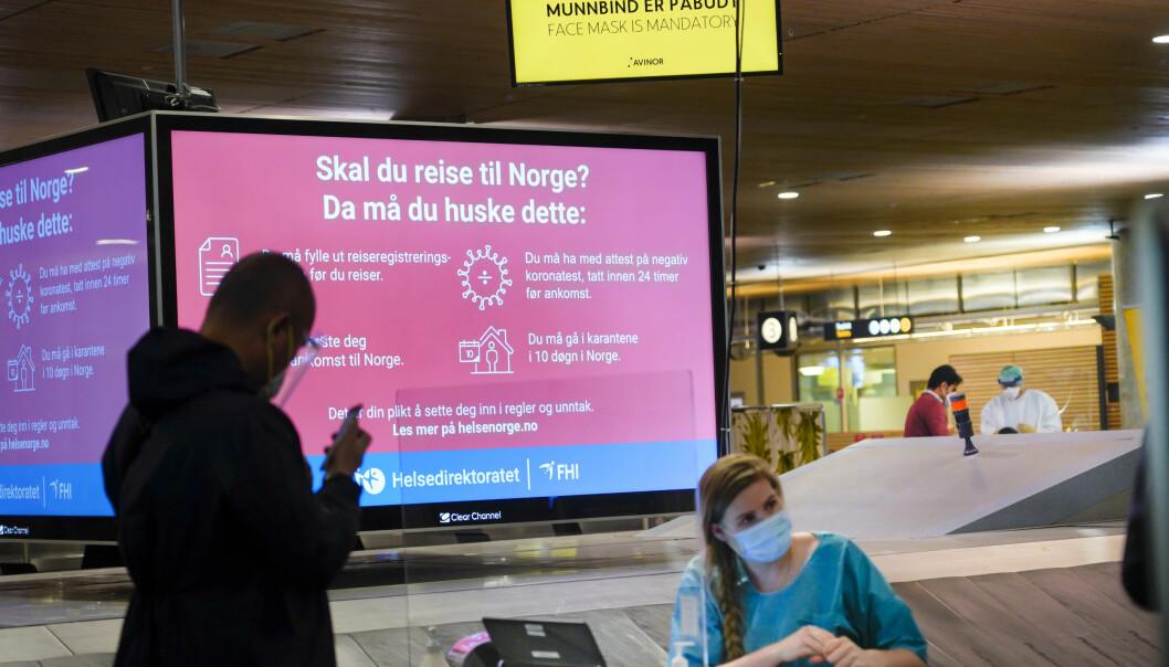 Til tross for lettelser får mange forskere fortsatt ikke reise inn i Norge. Her testes passasjerer for covid-19 på Gardermoen etter å ha vært i utlandet.