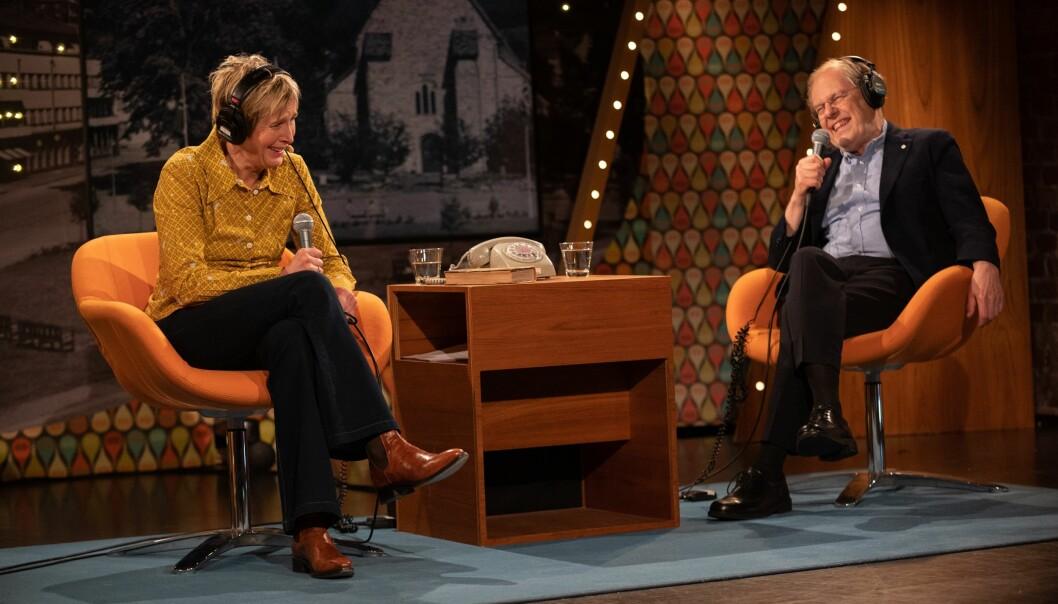 Med gamaldags telefon på bordet, som tidvis ringjer, inviterer NRK-profil Linda Eide og UiB-professor Gunnstein Akselberg til Eides språksjov om laurdagane.