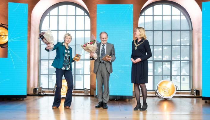 UiB-rektor Margareth Hagen kunne overrekka Christieprisen til Linda Eide og Gunnstein Akselberg.