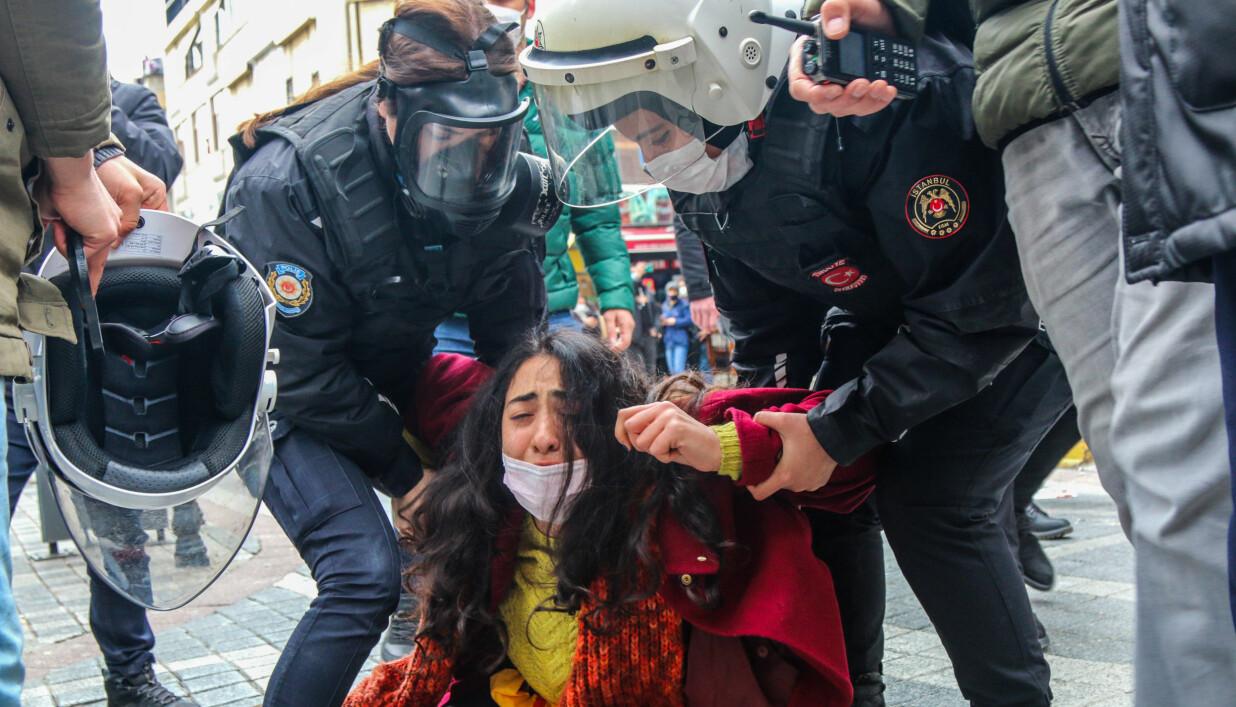 En person blir arrestert under en demonstrasjon mot utnevnelsen av Melih Bulu i Istanbul 1. april.