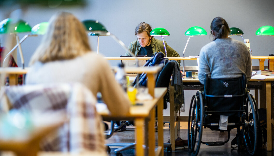 Arbeidsgiver er opptatt av motivasjon har arbeidssøkere, ifølge leder av Karrieresenteret ved UiO, Gisle Hellsten. De lurer på «kan du ta med deg det engasjementet inn her»? Illustrasjonsbilde fra lesesal ved Universitetet i Oslo.