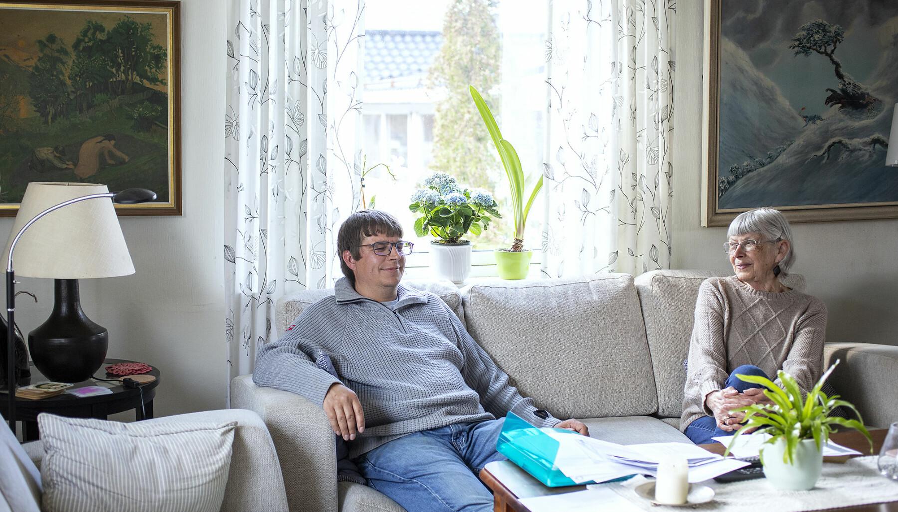 Det er mange år sidan Thomas Hellevang flytta heimefrå. Men no har han flytta inn hos mor Eva Hellevang - han veit ikkje når han kan rekna med å ha inntekt neste gong.