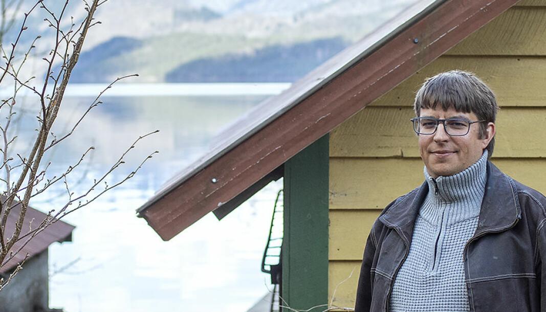 Thomas Hellevang har flytta heim til mor si for å spara pengar. Han fell mellom to stolar etter å ha vorte sjuk som student.