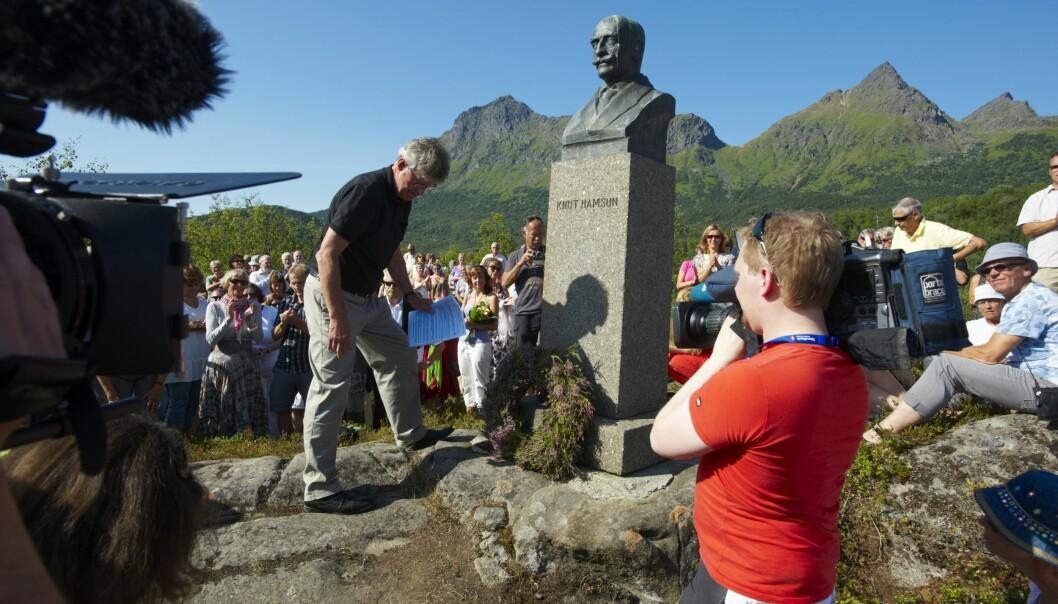 Knut Hamsun sitt barnebarn tala ved bysta av bestefaren i 2009, då Hamsunsenteret opna.