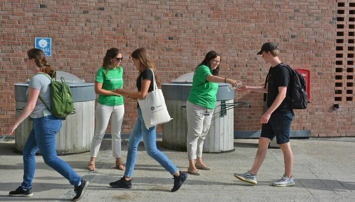 Universitetet i Agder har satsa på trivselsvakter i jobben med å passe på smittevernet. Utgiftene avgrensar seg til nokre tusen kroner til innkjøp av grøne t-skjorter.