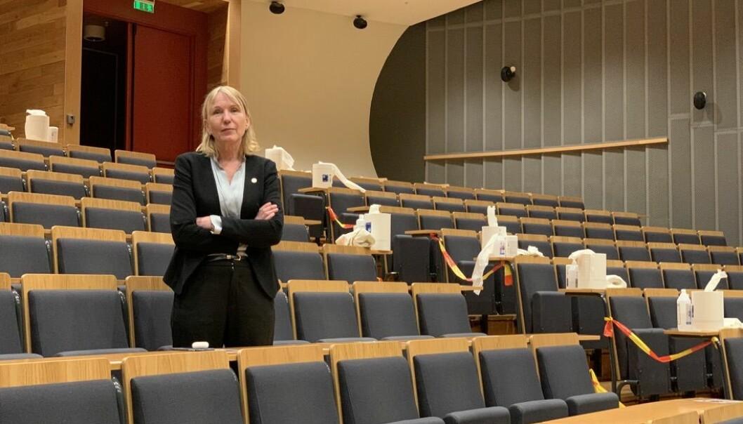 Sprit og sperreband har vorte naturleg i auditoriet. Rektor Margareth Hagen håpar UiB kan ha førelesing her til hausten, og eitt sete mellom kvar student. Men då vert meteren ørlite for kort.