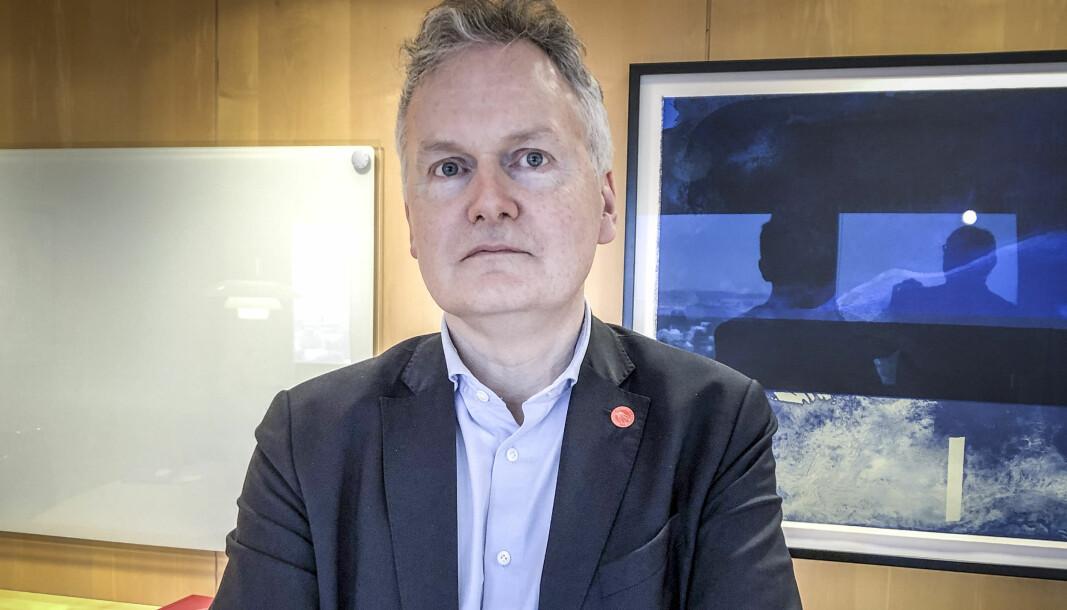 Direktør Arne Benjaminsen ved Universitetet i Oslo tar med seg student Embla Imsets innspill om manglende tilrettelegging for funksjonshemmede ved universitetet.
