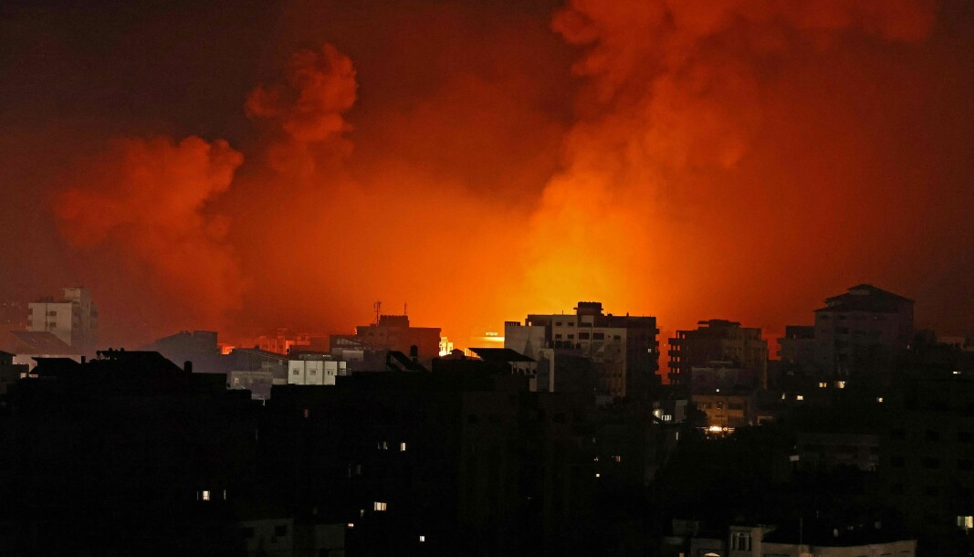 Gaza by, kontrollert av palestinske Hamas brenner og røyken ligger tett etter at konflikten mellom Israel og Palestina har eskalert. Bildet er fra tidlig natt til 16.mai..