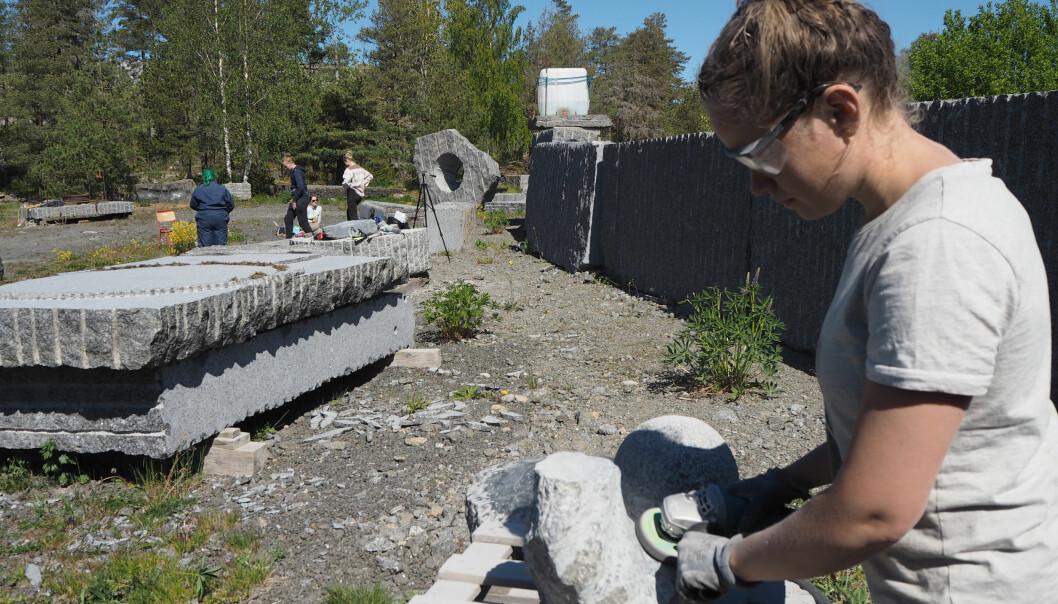 Nedstenging i USNs område gjorde at studentene ikke kom seg til steinbruddet i Larvik da de etter planen skulle. Her er studenter i arbeid - Anna Ssponberg i front.