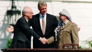 Yitzhak Rabin, Bill Clinton og Yasir Arafat under møtet i Washington da Oslo-avtalen ble undertegnet i offentlighet den 13. september 1993.