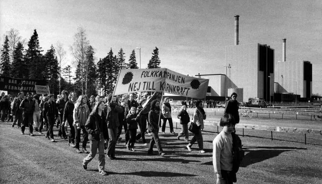 Sverige har bygget flere kjernekraftverk, og befolkningen har vist mye motstand. Sveriges nærmeste kraftverk, Ringhals, ligger kun litt over 18 mil fra norskegrensa. Her fra en demonstrasjon utenfor (trolig) Forsmark Kärnkrafverk i 1980.