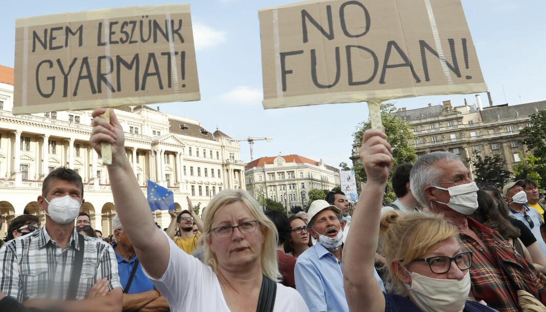 Vi vil ikke bli en koloni, stod det på en av plakatene demonstranter i Budafest løftet mot myndighetene 5.juni.