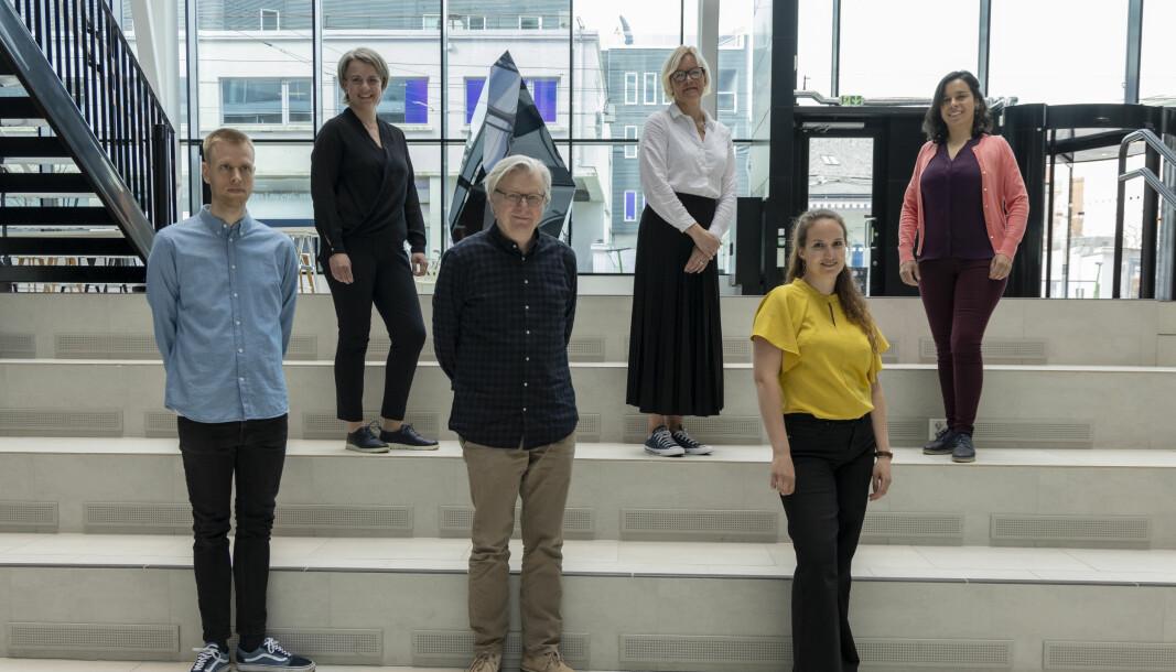 Senterleder Per Christian Magnus (i midten) kan glede seg over finansiering de neste fire årene for Senter for undersøkende journalistikk.