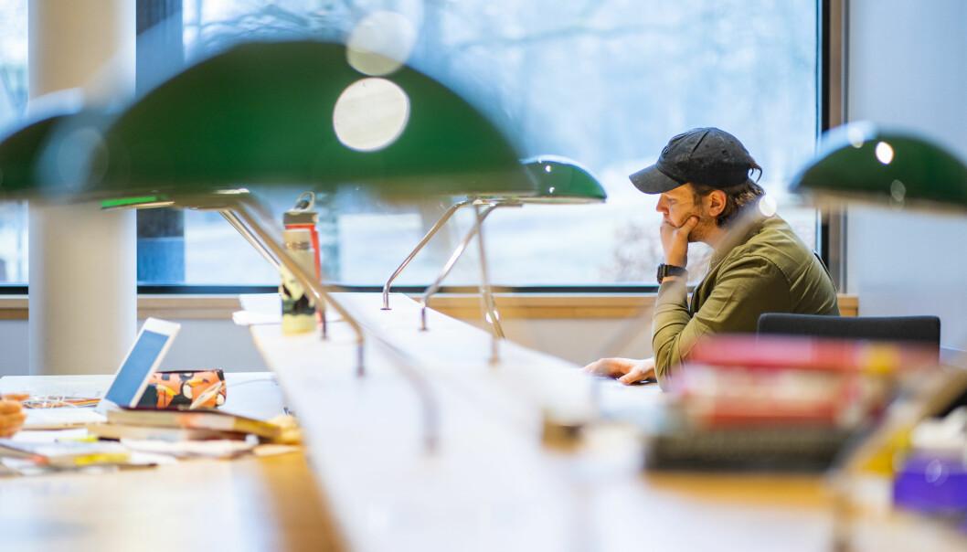 Illustrasjonsfoto av en student på lesesalen i universitetsbiblioteket på Blindern i Oslo.