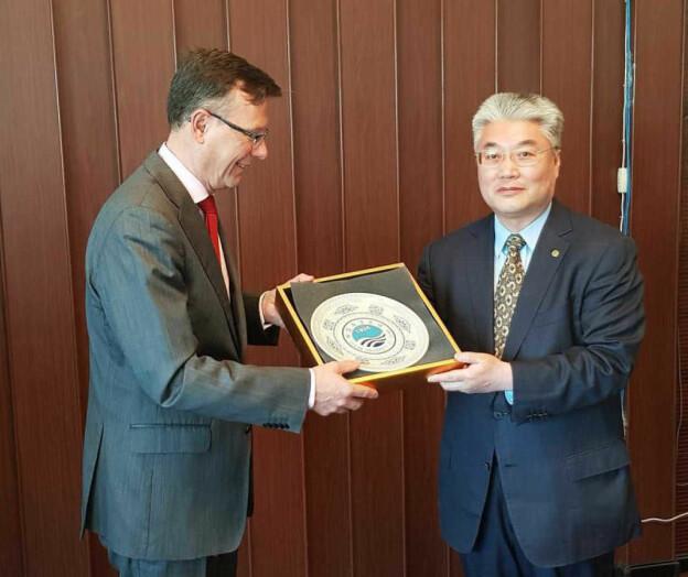 Kineserne etterlyser penger fra UiB – professor ber UiB granske avtalen