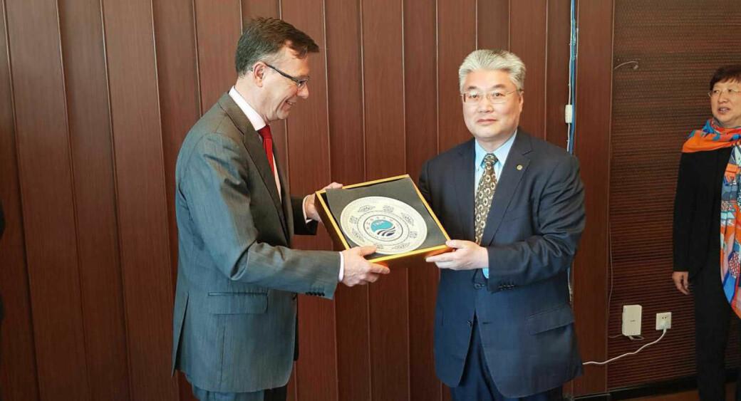 Tidligere UiB-rektor Dag Rune Olsen og OUC-president Yu Zhigang i forbindelse med inngåelsen av avtalen.